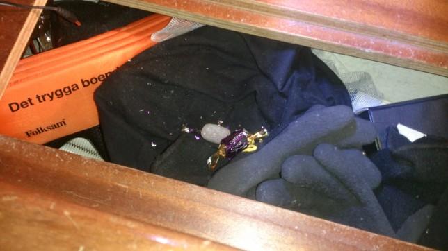Chokladen var snyggt aväten medan innehållet i pralinen lämnats orört. En mus ansluten till IOGT.